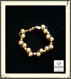 Pulsera de perlas tejida con cadena de oro laminado. facebook.com/giogellimexico