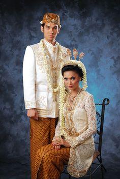 Sunda Putri - Indonesia - Sunda wedding Javanese Wedding, Indonesian Wedding, Traditional Wedding Dresses, Traditional Outfits, Traditional Weddings, Ethnic Outfits, Boho Outfits, Indonesian Women, Foto Wedding