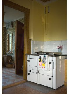 A love a good, old-fashioned kitchen, though I'd have no idea how to cook/bake with that oven.