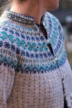Bilderesultat for kofte mandelblomst Nordic Sweater, Men Sweater, Etnic Pattern, Clothing Patterns, Knitting Patterns, Norwegian Knitting, Icelandic Sweaters, Fair Isle Pattern, Pullover