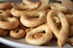 Taralli scaldatelli lucani (recipe in italian) Almond Biscotti Recipe, Cod Recipes, Cooking Recipes, Bread Recipes, Quiche, Savoury Baking, Italian Cookies, Street Food, Gastronomia