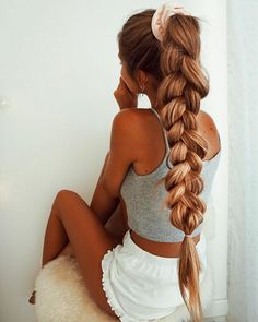 Ponytail hairstyles work for any occasion and styling them is incredibly simple. Ponytail hairstyles can get you ready in a flash, or you can dress them up for a big event Big Ponytail, Braided Ponytail, Ponytail Hairstyles, Pretty Hairstyles, Hairstyle Ideas, Updo Hairstyle, Everyday Hairstyles, Wedding Hairstyles, Aesthetic Hair