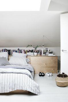 Ga voor een rustgevende slaapkamer | IKEA IKEAnl IKEAnederland inspiratie wooninspiratie interieur wooninterieur kamer slapen bed bedframe FLÅDIS mand HÖSTÖGA dekbedovertrek decoratie accessoires accessoire scandinavisch scandinavië wit zwart minimalistisch