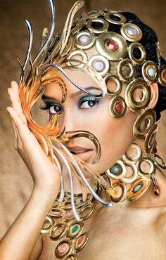 """Taís Araújo deixou de lado o avental da empregada Penha, que interpreta em """"Cheias de Charme"""", e posou coberta de joias avaliadas em até R$ 300mil como """"golden girl"""" do concurso de design de joias da mineradora sul-africana AngloGold Ashanti. ..."""
