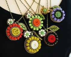 She is the Queen of Zipper Art ! Woolly Fabulous hand-made-favorites Zipper Flowers, Felt Flowers, Ribbon Flower, Textile Jewelry, Fabric Jewelry, Textiles, Zipper Crafts, Zipper Jewelry, Art Necklaces