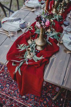 Eine Boho Waldhochzeit in Marsala Red wedding table decor, wedding red deco, boho wedding red A boho forest wedding in Marsala Red Wedding Decorations, Anniversary Decorations, Diy Wedding Flowers, Decor Wedding, Marsala, Wedding Table, Wedding Blog, Winter Wedding Colors, Marriage Anniversary
