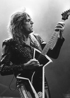 Glenn Tipton of Judas Priest Judas Priest, Heavy Metal Rock, Heavy Metal Music, Great Bands, Cool Bands, Chuck Schuldiner, Defender Of The Faith, British Steel, Rock N Roll Music