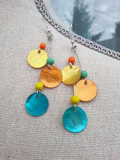 Boucles d'oreille pendantes, sequins nacre naturel et perles de verre indien : Boucles d'oreille par d-un-reve-une-creation