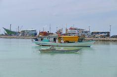 Bira, Hafen, gerade ist eine der grossen Pelni-Faehren angekommen