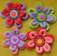 flores realizadas con tiras tejidas con tricotín y botones