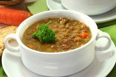Esta deliciosa sopa de lentejas lleva verduras como zanahoria, apio, poro y cebolla. Todo va cocinado en un caldo con pasta de tomate y se espolvorea con queso parmesano.