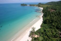 in Kudat, MY. With a beautiful beach, amazing views & fresh, cosy furnishings, Hibiscus Beach Retreat's clifftop accommodation offers barefoot luxury, privacy & exclusivity at its best! Already booked? Check out our other listings.
