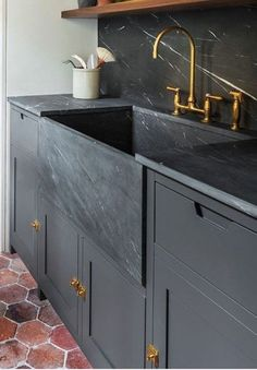 Dieses wunderschöne Waschbecken im Landhausstil hat mich gelehrt, was Kendall Charcoal ist und das ich es in meiner winzigen Wohnung brauche. This beautiful rustic sink has taught me what Kendall Charcoal is and that I need it in my tiny apartment. White Apron Sink, Black Apron, White Sink, Kendall Charcoal, Black Sink, Grey Kitchens, Grey Cabinets, Classic Cabinets, Modern Cabinets