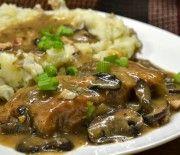 Χοιρινό με κρεμμύδια, μανιτάρια και πουρέ πατάτας