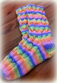 Arkimamman Arkiralli: Vaahtokarkki-kumpareet Crochet Socks, Knitting Socks, Cool Socks, Awesome Socks, How To Make, Sew, Fashion, Socks, Tricot