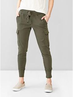 Cargo jogger pants Thes look so comfortable! Look Fashion, Winter Fashion, Fashion Outfits, Womens Fashion, Sporty Fashion, Ski Fashion, Sporty Chic, Fashion Brands, Casual Outfits