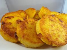 Crispy Polenta Cakes - Crispy on the top and bottom and dense and creamy in the center. A delicious way to enjoy polenta. Crispy Polenta, Baked Polenta, Polenta Fries, Polenta Appetizer, Appetizers, Italian Recipes, Vegan Recipes, Cooking Recipes, Side Dishes
