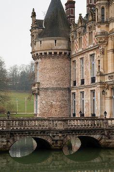 Everyone deserves a perfect world! France 3, Visit France, Castle Ruins, Medieval Castle, Beautiful Castles, Beautiful Places, Palaces, Saint Symphorien, French Castles