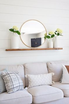 May 2018 - How to easily build a floating shelf with hidden brackets. This easy DIY floating shelf is budget friendly, can hold a lot of weight, and looks beautiful in any room! See how to hang the floating shelf in drywall or studs too. Modern Floating Shelves, Floating Shelf Brackets, Floating Shelf Decor, Diy Home Decor Easy, Easy Diy, Diy Regal, Kitchen Shelves, Glass Shelves, Wall Shelves