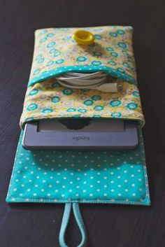 Sewing a lovely Kindle case (pictures) - ipad - Ideas of ipad - Kindle case by Katie Wagner picture 7 Sewing Hacks, Sewing Tutorials, Sewing Patterns, Doll Patterns, Fabric Crafts, Sewing Crafts, Sewing Projects, Katie Wagner, Capas Kindle