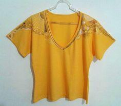 Camisa Golden - Frente Camisa amarela finamente pintada a mão Gola V 100% algodão  Malha Penteada Tamanho Único (38 à 42) Valor R$70,00 @bykeilaximenes