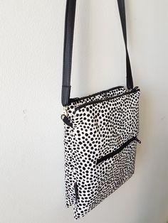 Laukussa on siis 2 vetoketjutaskua ja niiden väliin jäävä avolokero. Edessä / takana vetoketjutasku. Pyynnöstä ohje pikkulaukkuun,jonk... Diy Pouch Bag, Painted Suitcase, Baguette, Diy Bags Purses, Crossbody Bag, Tote Bag, Fabric Bags, Quilted Bag, Bag Making