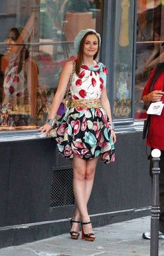 "Blair Waldorf wearing Moschino Resort in Paris in the episode ""Belles de Jour"". Gossip Girl Blair, Gossip Girls, Mode Gossip Girl, Estilo Gossip Girl, Blair Waldorf Gossip Girl, Gossip Girl Outfits, Gossip Girl Fashion, Blair Waldorf Outfits, Style Blair Waldorf"
