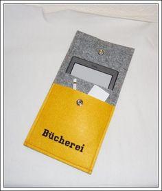 Die Filzhülle ist passend für einen E-Book-Reader Kindle. Die Hülle besteht aus 3 mm grau-melierten und sonnengelben Filz und wurde mit schwarze...