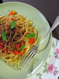 Tra dolce ed amaro: Gesucht wird Sommerpasta! Teil I: Spaghettini con peperoni, mandorle e cioccolato. Mit Paprika, Mandeln, Minze und Schokolade