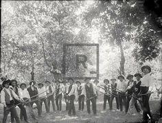 Grupo de homens. Jogo do Pau Início do século XX - fonte: Arquivos da Muralha