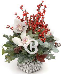 Oferă un aranjament deosebit de orhidee albe și crenguțe de brad pentru a aminti de clipele speciale petrecute alături de cei dragi în preajma sărbătorilor. Transmite sincere felicitări, realizări și bucurii cu un aranjament floral elegant, reprezentând cadoul ideal ce poate fi oferit unei prietene, colege sau cunoștințe, sau alege să îți decorezi camera, biroul sau livingul pentru a da farmec și frumusețe mesei festive sau petrecerii de Crăciun sau anul nou. Flower Arrangements, Christmas Wreaths, Floral Wreath, Arts And Crafts, Holiday Decor, Flowers, Home Decor, Floral Arrangements, Floral Crown