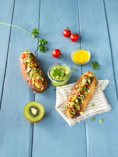 """Hot dog"" poisson, guacamole et kiwi Kiwi, Hot Dog Buns, Hot Dogs, Guacamole, Wrap Sandwiches, Avocado Toast, Tacos, Lunch, Bread"