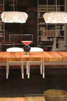Una mesa de comedor/mesa de centro shabby chic de madera con estilo escandinavo.