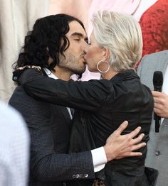 Pin for Later: 26 Stars Qui N'ont Pas Su Résister au Charme d'Helen Mirren Russell Brand