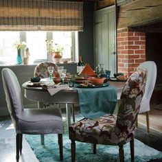 Cover dining chairs in rich fabrics! if I only had a table and chairs! Teal Grey Living Room, Black And White Dining Room, Cottage Dining Rooms, Country Dining Rooms, Country Style Living Room, Country House Interior, Country Homes, Dining Room Design, Ideal Home
