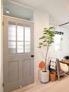 猫と暮らす、二世帯住宅 |FIELDGARAGE Cool Rooms, Entryway Bench, Doors, Interior, Furniture, Home Decor, Entry Bench, Hall Bench, Decoration Home