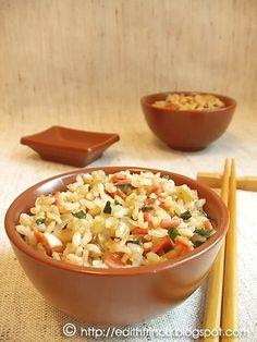 OREZ PRAJIT- Ador orezul prajit, in diverse combinatii. Cand mananc mancare asiatica, ca garnitura nu iau niciodata orez simplu ci calit in tot felul de combinatii. Am