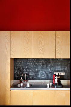 Toma nota - AD España, © Manolo Yllera En esta mansión en Perpiñán el presupuesto no era el problema. Aún así, en la cocina encontramos una idea digna de Ajuste de cuentas: pintura pizárrica, una opción baratísima, fácil de limpiar y customizar a diario.
