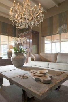 Abbinamento lampadario e tavolo in soggiorno