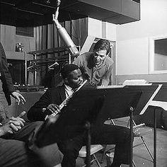"""Leo Wright (14 de diciembre de 1933 - 4 de enero de 1991) fue un músico de ja que tocaba el saxofón alto, la flauta y el clarinete. Fue acompañante de músicos como Charles Mingus, Kenny Burrell, Johnny Coles, Blue Mitchell y Dizzy Gillespie.  http://en.wikipedia.org/wiki/Leo_Wright  http://musicians.allaboutjazz.com/musician.php?id=11526#.UET20cGTs08  http://www.allmusic.com/artist/leo-wright-mn0000208857  Imagen: Leo Wright with Tom Jobim recording """"Favela"""" in 1963"""