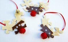 renne du père Noël en pièces de puzzle en pâte à modeler, décorés de pompons rouges en tant que nez