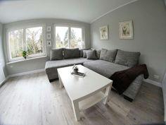 Ein Sehr Helles, Elegantes Wohnzimmer. Die Hellgrauen Wände Und Das  Hellgraue Sofa Sorgen Für