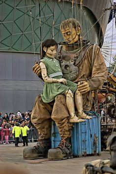 J'aime particulièrement ces marionnettes géantes et leur histoire puisque je vis à Nantes (France) Marie Nijenn!!!  Je ne suis loin non plus, j'ai adoré la petite géante et le scaphandrier