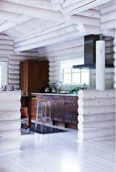 6 cozy cabin decor ideas for a winter getaway. Domino rounds-up cozy cabin inspiration from small cabins in Wisconsin, Missouri, Dunton Hot Springs and Ralph Lauren's Colorado Ranch! For more cottage, cabin and celebrity style go to Domino. House Of Philia, Scandinavian Cabin, Scandinavian Interior, Modern Interior, Modern Log Cabins, Rustic Cabins, Deco Champetre, Classic Kitchen, Modernisme