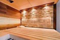 Lichteffekte und die Kombination von natürlichen Materialien machen die Sauna zum Wohlfühlraum