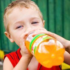 4 razones de por qué no debes dar bebidas gaseosas a los niños.