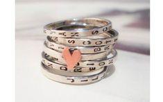 Os anéis podem ter o nome de vários filhos. Complemente com um anel de coração no meio dos outros. De Etsy