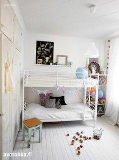 Lastenhuoneessa puuterisävyjen rinnalla on jopa hitunen mustaa. Kerrossänky on Ikeasta.