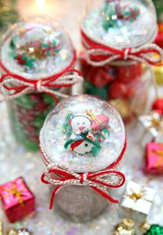 Create these Snow Globe Mason Jars to hold holiday gifts Snow Globe Mason Jars - Turn mason jars lids into Snow Globes in less than 15 minutes. A fun holiday craft project that also makes the perfect gift! Christmas Jar Gifts, Christmas Craft Fair, Christmas Mason Jars, Christmas Gift Guide, Holiday Crafts, Christmas Stuff, Christmas Ideas, Christmas Snowman, Christmas Holiday
