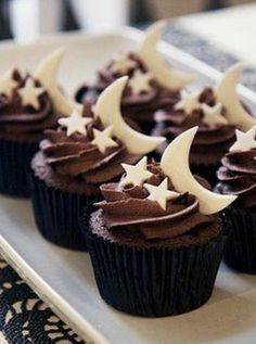I love these cup cakes because they are simple and pretty! I think it is a good idea for the winter time, since chocolate cakes are more for the cosy moments!